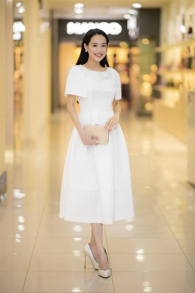 Muốn diện đồ trắng đón Giáng sinh, chị em cứ học tập từ phong cách của bà xã Trường Giang-11