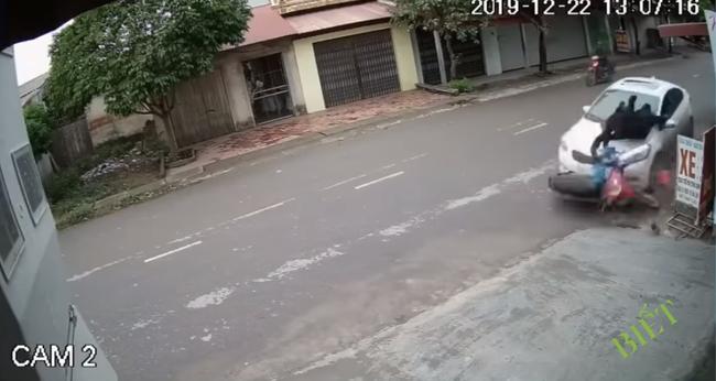 Clip: Ô tô mất lái lao sang đường, húc văng 2 người đi xe máy lộn nhào trên không trung rồi rơi xuống đất-1