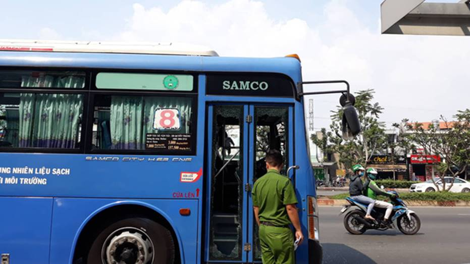 Nguyên nhân nhóm giang hồ chặn xe buýt trước Gigamall ở Sài Gòn đập phá-1