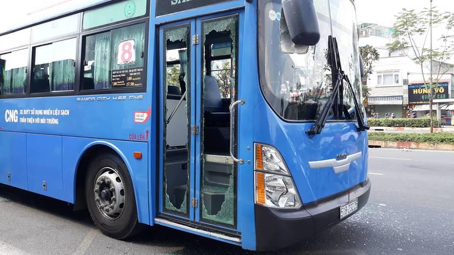 Nguyên nhân nhóm giang hồ chặn xe buýt trước Gigamall ở Sài Gòn đập phá-2