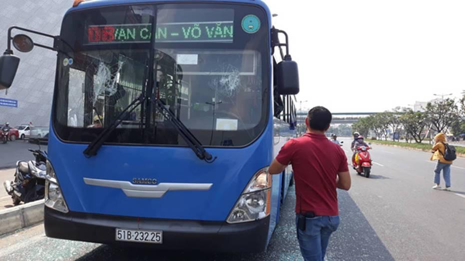Nguyên nhân nhóm giang hồ chặn xe buýt trước Gigamall ở Sài Gòn đập phá-4