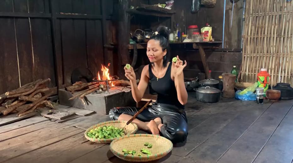 HHen Niê tung clip nấu ăn toàn món lạ hiếm người biết: có khi nào cô nàng Hoa hậu giản dị này sắp lấn sân làm youtuber không?-6