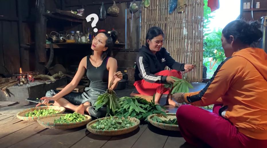 HHen Niê tung clip nấu ăn toàn món lạ hiếm người biết: có khi nào cô nàng Hoa hậu giản dị này sắp lấn sân làm youtuber không?-7