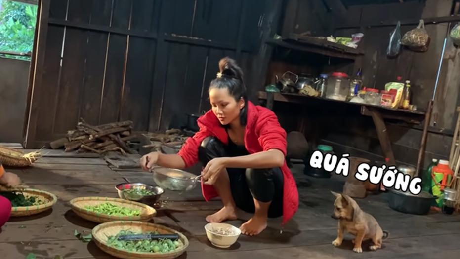 HHen Niê tung clip nấu ăn toàn món lạ hiếm người biết: có khi nào cô nàng Hoa hậu giản dị này sắp lấn sân làm youtuber không?-12