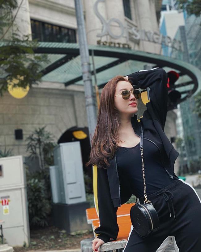 Đỉnh cao của hack tuổi chính là Lý Nhã Kỳ và Hari Won: Diện đồ đơn giản mà xinh xuất sắc trong street style tuần này-2