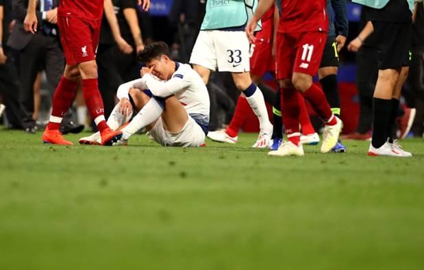 Dân mạng phê phán Son Heung-min dùng nước mắt giả tạo để mua chuộc sự đồng cảm, nhưng anh này là một gã mít ướt chính hiệu: 5 lần cầu thủ hay nhất châu Á khóc ngất trên sân cỏ-4