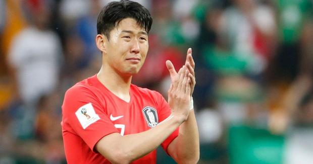 Dân mạng phê phán Son Heung-min dùng nước mắt giả tạo để mua chuộc sự đồng cảm, nhưng anh này là một gã mít ướt chính hiệu: 5 lần cầu thủ hay nhất châu Á khóc ngất trên sân cỏ-6