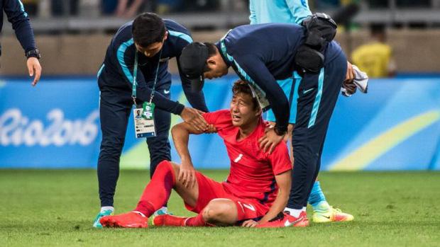 Dân mạng phê phán Son Heung-min dùng nước mắt giả tạo để mua chuộc sự đồng cảm, nhưng anh này là một gã mít ướt chính hiệu: 5 lần cầu thủ hay nhất châu Á khóc ngất trên sân cỏ-7