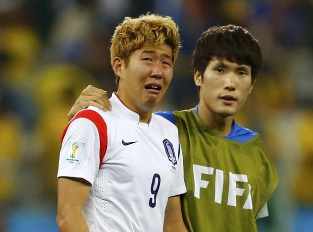 Dân mạng phê phán Son Heung-min dùng nước mắt giả tạo để mua chuộc sự đồng cảm, nhưng anh này là một gã mít ướt chính hiệu: 5 lần cầu thủ hay nhất châu Á khóc ngất trên sân cỏ-8
