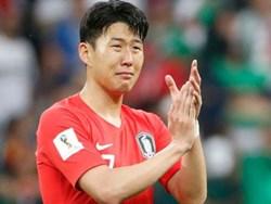 Dân mạng phê phán Son Heung-min dùng nước mắt giả tạo để mua chuộc sự đồng cảm, nhưng anh này là một gã mít ướt chính hiệu: 5 lần cầu thủ hay nhất châu Á khóc ngất trên sân cỏ