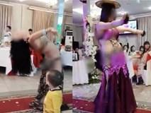 Hình ảnh hai cô gái ăn mặc hở hang vô tư uốn éo, múa bụng trước mặt trẻ con trong đám cưới gây xôn xao