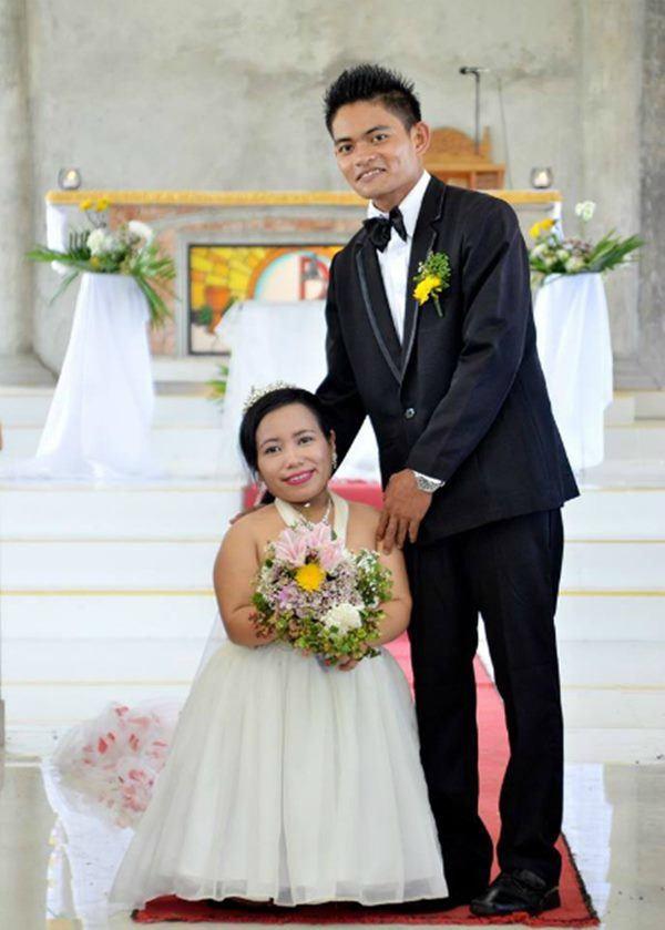 Mắc bệnh ngừng phát triển, cô dâu gây sốt khi tiến vào lễ đường với chú rể cao gấp đôi-1