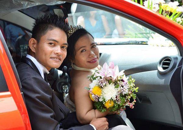 Mắc bệnh ngừng phát triển, cô dâu gây sốt khi tiến vào lễ đường với chú rể cao gấp đôi-2