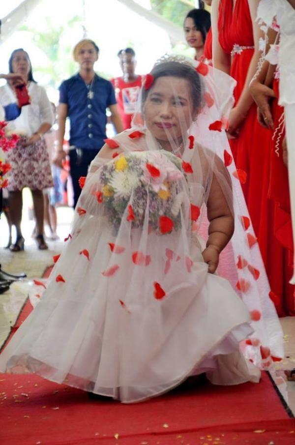 Mắc bệnh ngừng phát triển, cô dâu gây sốt khi tiến vào lễ đường với chú rể cao gấp đôi-3