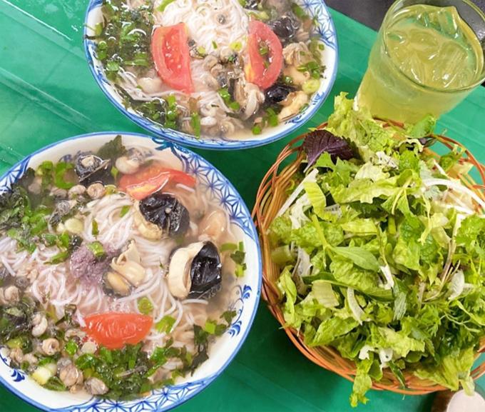 Diệp Lâm Anh ăn không kịp thở ở Hà Nội-4