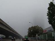 Hà Nội: Sương mù bao phủ dày đặc, các tòa nhà cao tầng bất ngờ 'biến mất'