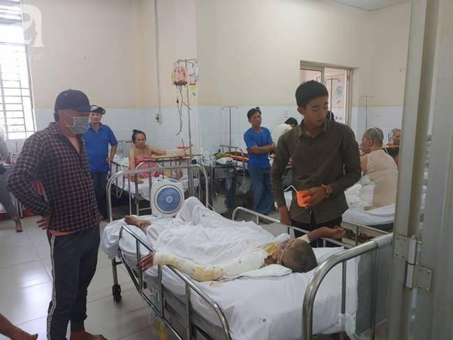 Thương tâm: Bình xăng xe phụt cháy khiến người phụ nữ nghèo bỏng nặng, con trai hiếu thảo hiến da cứu mẹ-8