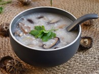 Tận dụng cơm nguội nấu món cháo nấm nóng hổi cho bữa sáng