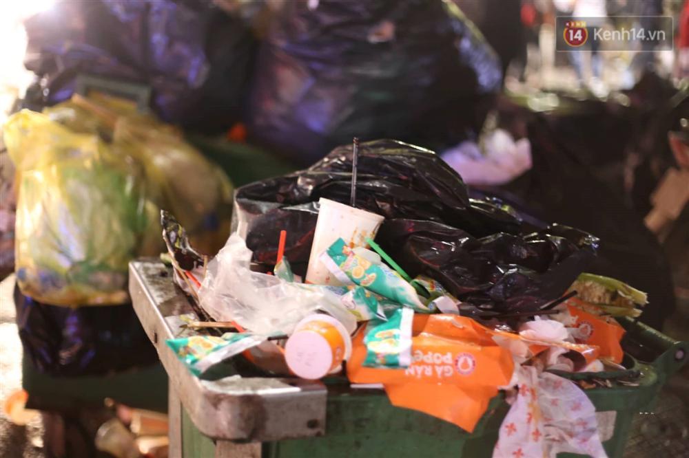 Khu vực hồ Gươm ngập trong biển rác sau đêm Giáng sinh, công nhân môi trường trắng đêm dọn dẹp-4