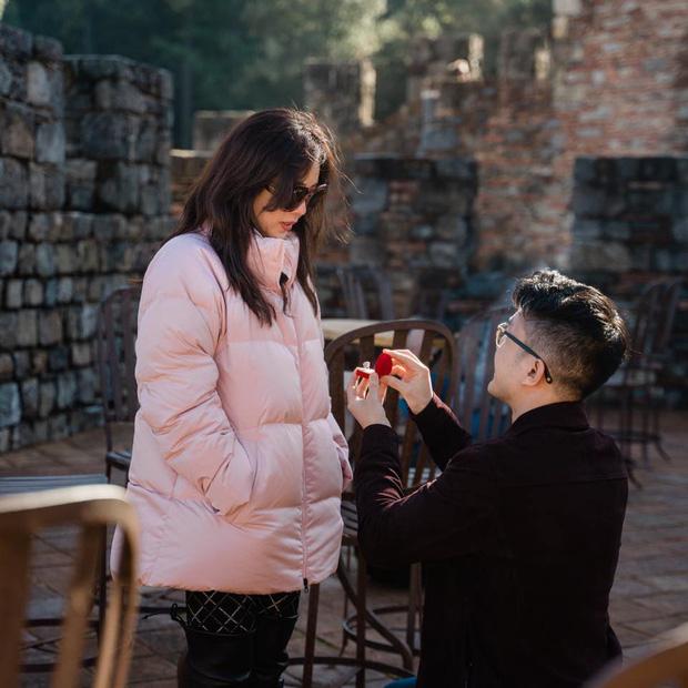 Hoa hậu Thu Hoài được bạn trai kém 10 tuổi quỳ gối cầu hôn tại Mỹ sau hơn 4 năm, nhẫn đính ước khủng gây choáng-1