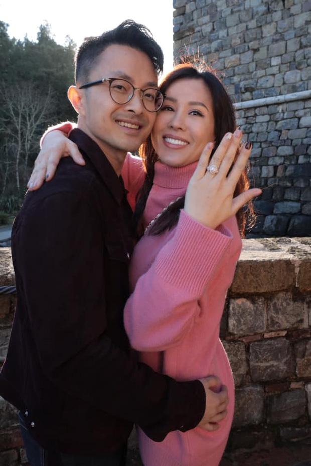 Hoa hậu Thu Hoài được bạn trai kém 10 tuổi quỳ gối cầu hôn tại Mỹ sau hơn 4 năm, nhẫn đính ước khủng gây choáng-4