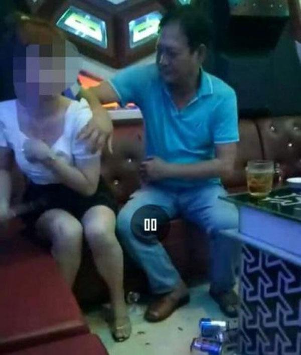 Đắk Lắk: Phó Bí thư Huyện ủy nói gì về clip sờ ngực nữ tiếp viên ở quán karaoke?-1