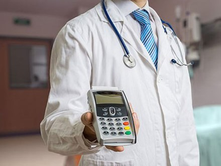 Đang hôn mê thì bác sĩ gọi dậy bắt trả gần 200 triệu để phẫu thuật tiếp, bệnh nhân vừa mếu máo vừa... quẹt thẻ thanh toán