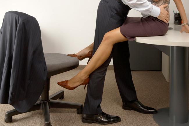 Làm chuyện ấy với sếp nữ ngay tại văn phòng, chàng công sở liền phát hiện sự thật bất ngờ đằng sau-1