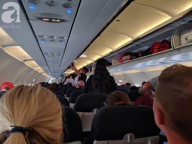 Máy bay đi đi Hongkong của hãng hàng không Air Asian hạ cánh khẩn cấp xuống sân bay Tân Sơn Nhất do nổ sạc dự phòng của khách-1