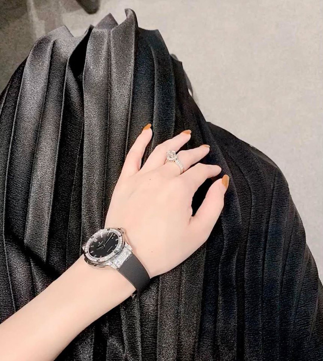 Một mình nuôi con suốt mấy năm trời, Ly Kute vẫn dư sức tậu cả tá hàng hiệu và mới đây là chiếc đồng hồ có giá nửa tỷ-3