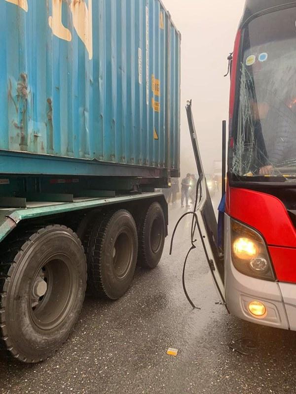 Xôn xao câu chuyện tài xế container để xe khách mất phanh đâm vào sườn xe, cứu 20 người thoát cửa tử-1