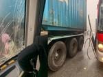 Container kéo lê ô tô hơn 20m, 4 người trọng thương-2