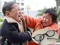 Cháu trai làm vỡ kính của bạn cùng lớp và bị yêu cầu bồi thường, bà nội có cách hành xử đến giáo viên cũng sửng sốt