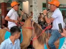 Người đàn ông cưỡi ngựa hát nhạc 'Tây du ký' trong đám cưới
