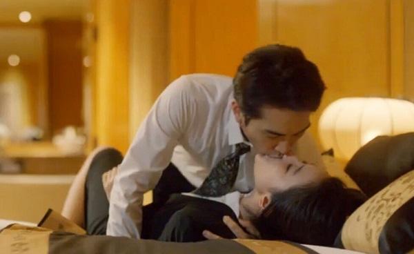 Bắt gặp chồng ôm chặt thư ký riêng trong phòng làm việc, vợ lẳng lặng đẩy cửa đi vào đánh ghen nhẹ nhưng cực chất khiến cả hai tái mặt-1