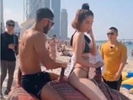 Ngọc Trinh khoe body 'mướt mắt' với bikini nhỏ xíu, cưỡi lạc đà cùng trai đẹp 6 múi trên bãi biển Dubai