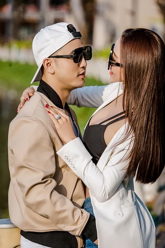 Vợ chồng Ưng Hoàng Phúc khoe dáng bên xe mô tô 1 tỷ đồng-1