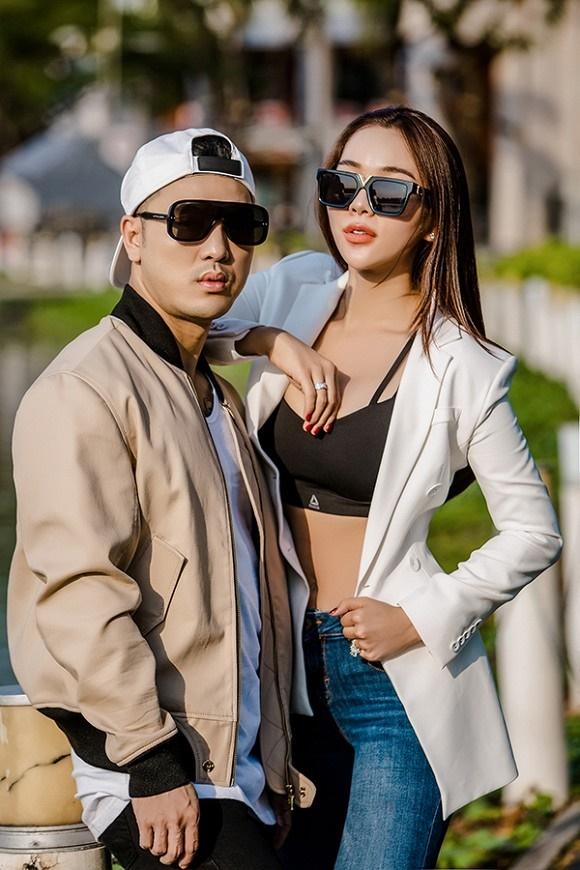Vợ chồng Ưng Hoàng Phúc khoe dáng bên xe mô tô 1 tỷ đồng-2