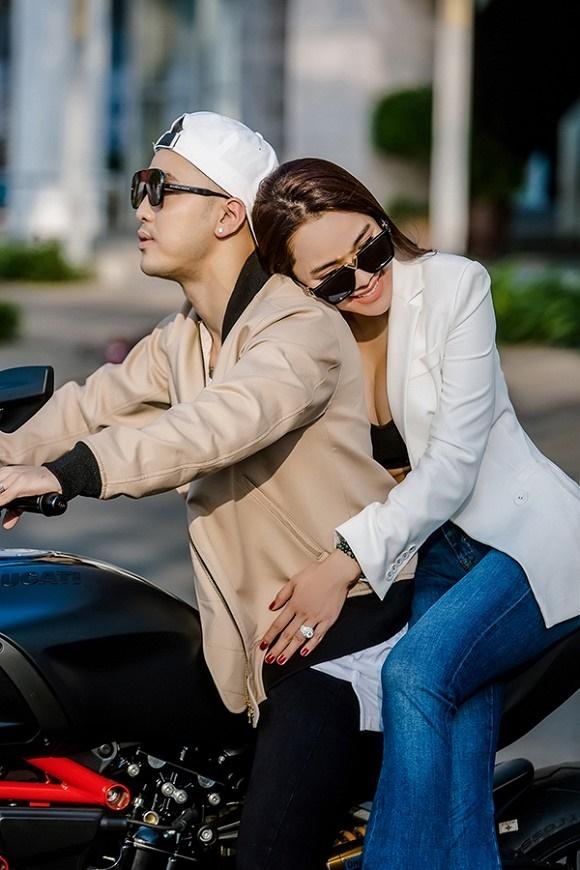 Vợ chồng Ưng Hoàng Phúc khoe dáng bên xe mô tô 1 tỷ đồng-6