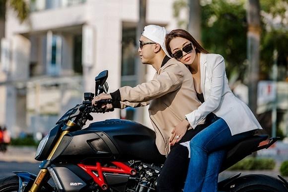 Vợ chồng Ưng Hoàng Phúc khoe dáng bên xe mô tô 1 tỷ đồng-7