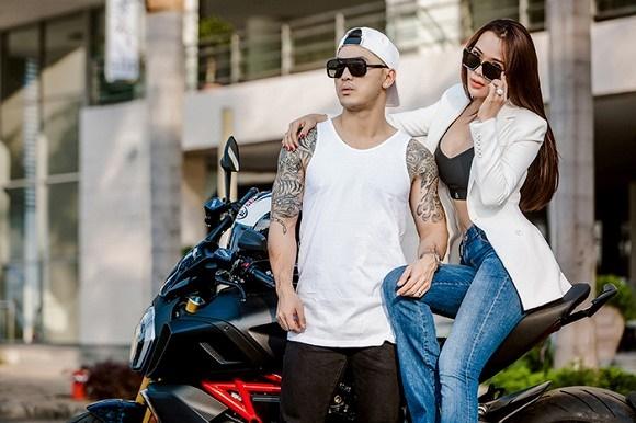 Vợ chồng Ưng Hoàng Phúc khoe dáng bên xe mô tô 1 tỷ đồng-8