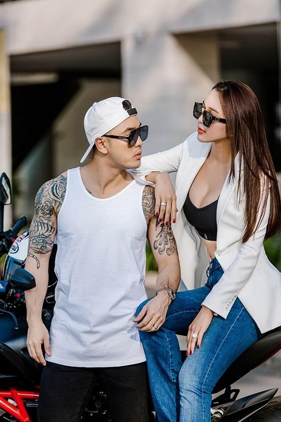 Vợ chồng Ưng Hoàng Phúc khoe dáng bên xe mô tô 1 tỷ đồng-9