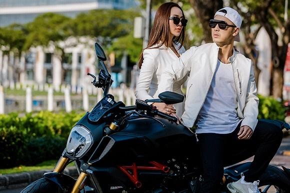 Vợ chồng Ưng Hoàng Phúc khoe dáng bên xe mô tô 1 tỷ đồng-10