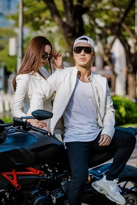 Vợ chồng Ưng Hoàng Phúc khoe dáng bên xe mô tô 1 tỷ đồng-11