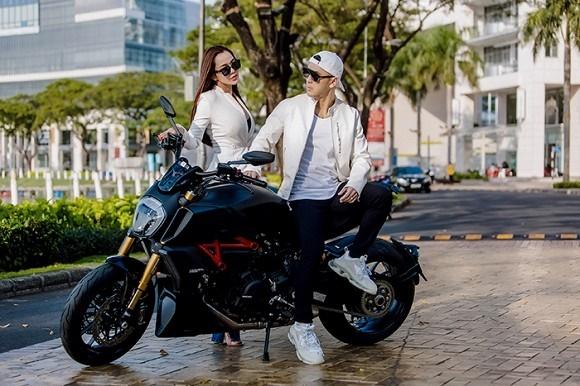 Vợ chồng Ưng Hoàng Phúc khoe dáng bên xe mô tô 1 tỷ đồng-12
