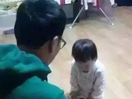 Về nhà thấy con trai bị bố phạt quỳ, mẹ hốt hoảng hỏi lý do thì được đưa cho 1 thứ, nhìn xong không biết nên khóc hay cười