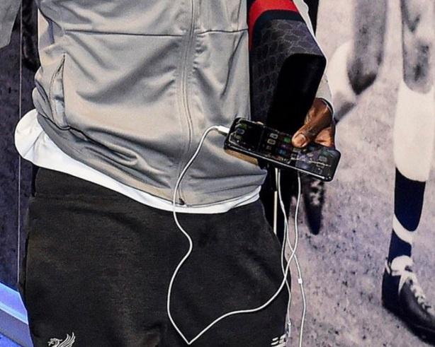 Lương 150.000 euro/tuần, Sadio Mane vẫn dùng iPhone vỡ màn hình-1