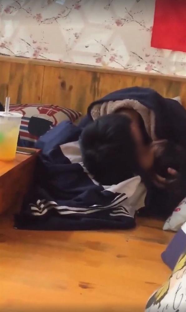Clip cặp đôi mặc áo học sinh nằm ngả ngớn hôn nhau, thản nhiên sờ soạng trong quán trà sữa khiến nhiều người nóng mắt-1