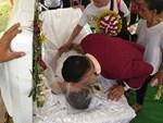 Xôn xao đoạn clip các con đến phá đám tang của bố, ra sức đánh đấm vào xác người đã khuất chỉ vì căm giận chuyện quá khứ-4