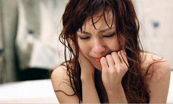 Biết tin người yêu lấy vợ, tôi đau đớn nhốt mình trong phòng nhưng lại bất ngờ nhận được cuộc gọi của anh kêu gào tôi đến hôn trường ngay lập tức-1